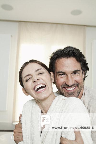 Deutschland  Berlin  Ehepaar im Bad  lächelnd