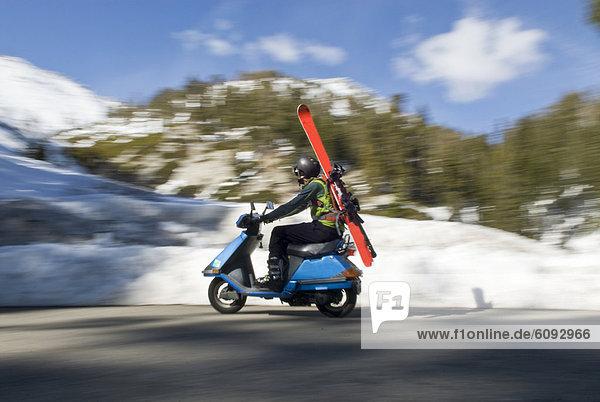 Mann folgen fahren See unbewohnte entlegene Gegend jung Start Kickboard