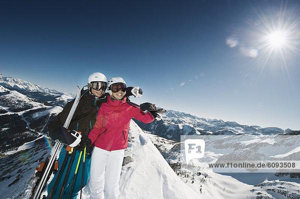 Österreich  Salzburg  Junges Paar auf dem Gipfel des Berges