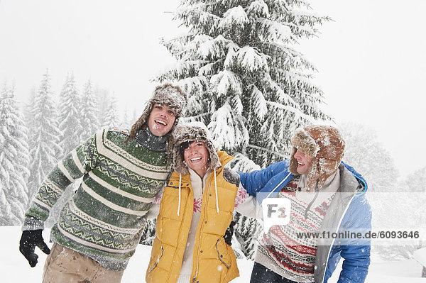 Österreich  Salzburg  Männer und Frauen im Winter  lächelnd