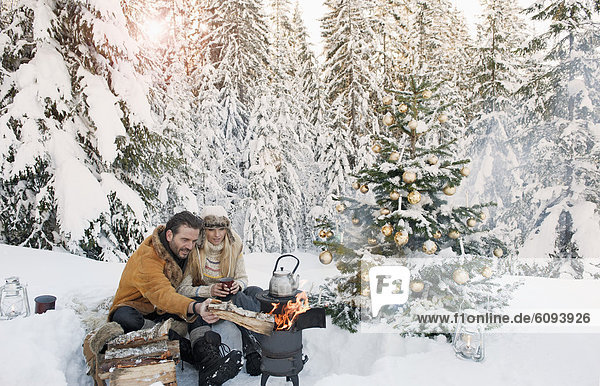 Österreich  Salzburger Land  Paar feiert Weihnachten in verschneiter Landschaft
