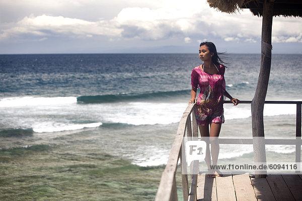 Tropisch  Tropen  subtropisch  Frau  Strand  über  pink  jung  Kleid