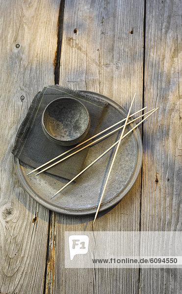 Spanien  Eisenteller  Schüssel  Serviette und Holzspieße auf dem Tisch