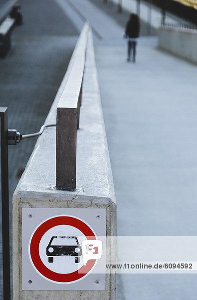 Deutschland  Bayern  München  Passant mit Warnschild im Vordergrund