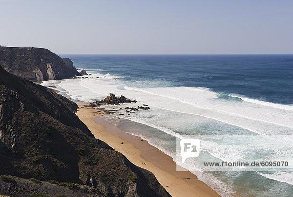 Portugal  Algarve  Sagres  Blick auf den Atlantik mit brechenden Wellen und Klippen