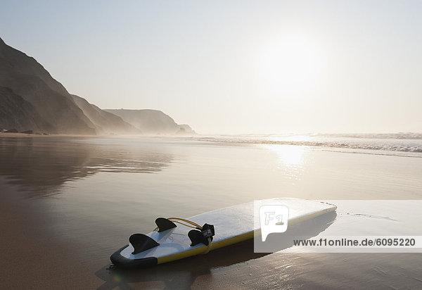 Portugal  Surfbrett am Strand
