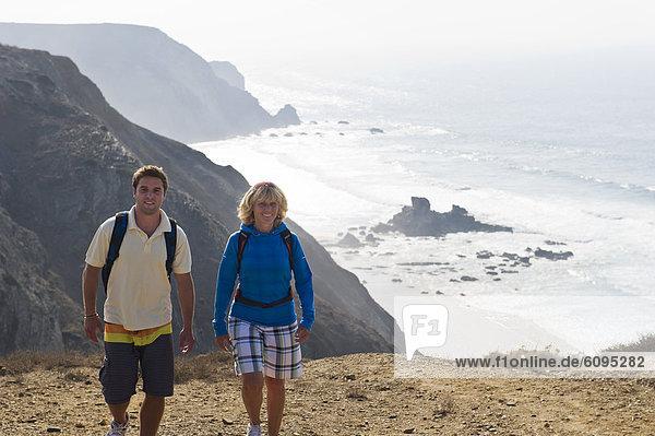 Portugal  Mann und Frau beim Bergwandern