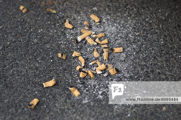 Deutschland  Frankfurt  Zigarettenkippe auf der Straße