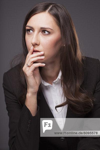 Geschäftsfrau schaut weg