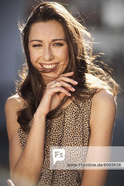 Deutschland  Nordrhein-Westfalen  Köln  Junge Frau lächelnd  Portrait
