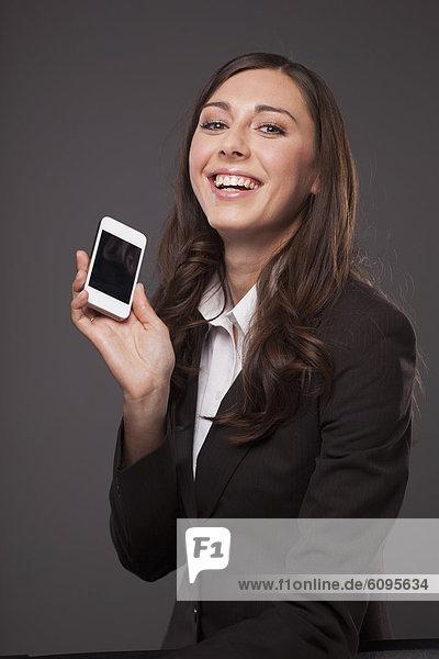 Geschäftsfrau mit Handy  lächelnd  Portrait
