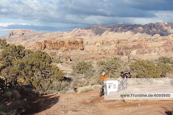 Mann  folgen  fahren  2  jung  Fahrrad  Rad  Slickrock Trail  Moab  mitfahren