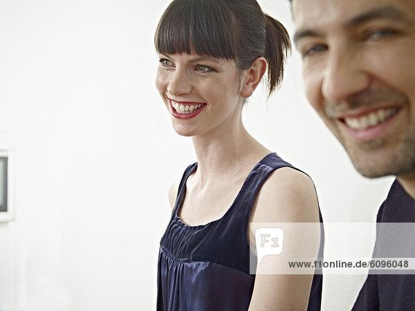 Mann und Frau in der Küche  lächelnd