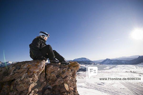 entfernt  Frau  Berg  Felsen  über  Tal  reifer Erwachsene  reife Erwachsene  Mittelpunkt  Schnee