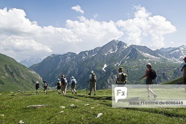 Tag Wolke über grün wandern Reise Berglandschaft