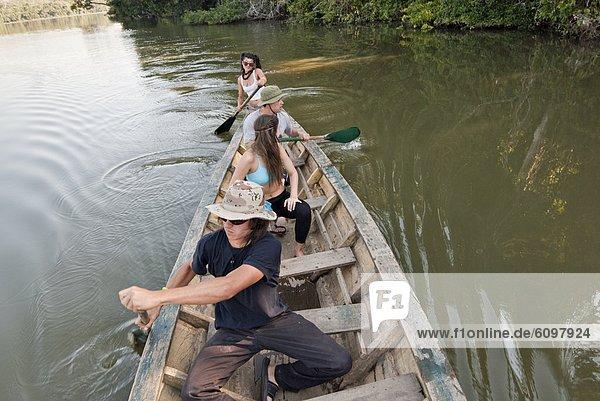 Mensch  Menschen  Menschengruppe  Menschengruppen  Gruppe  Gruppen  See  Kanu  paddeln  jung  Spaß