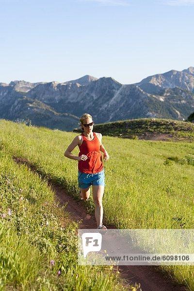 Frau  folgen  rennen  Kopfbedeckung  Big Cottonwood Canyon  Utah