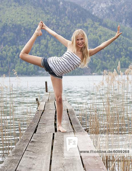 Österreich, Teenager Mädchen beim Turnen am Steg, Portrait
