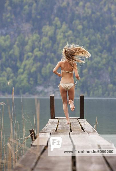 Österreich  Teenager-Mädchen auf dem Steg