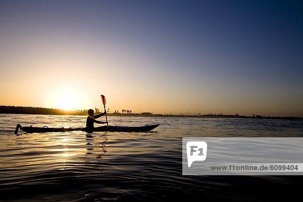 Fischereihafen Fischerhafen Außenaufnahme Mann Silhouette Tagesausflug Paddel Kajak jung