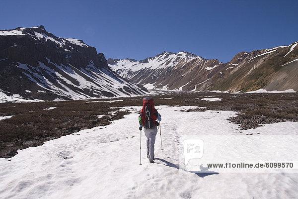 hoch  oben  Frau  Berg  Tal  wandern  Anden  Chile  Schnee