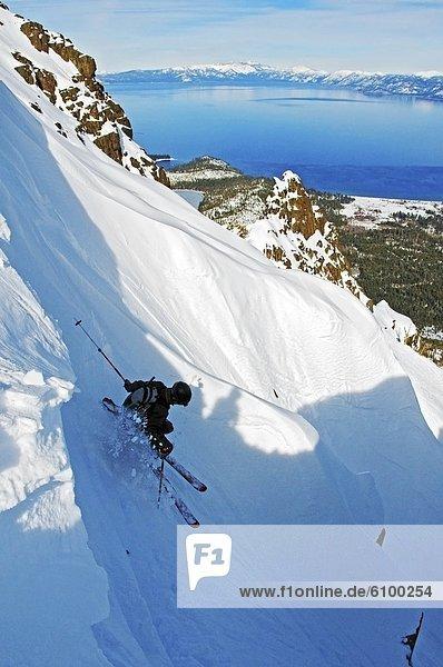 überqueren  Skifahrer  absteigen  See  Hintergrund  Berg  Kreuz