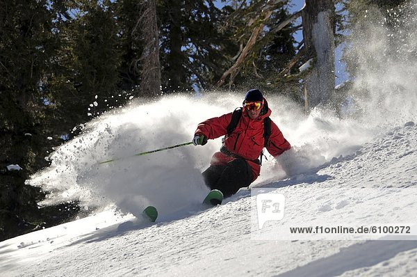Skifahrer  drehen  Produktion  groß  großes  großer  große  großen  Gesichtspuder  Kalifornien  unbewohnte  entlegene Gegend