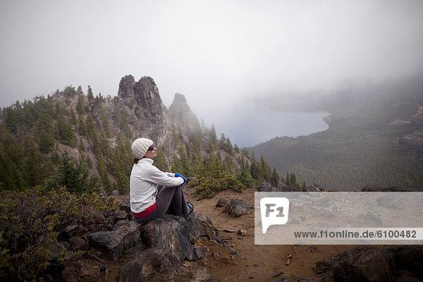 nahe  Biegung  Biegungen  Kurve  Kurven  gewölbt  Bogen  gebogen  Frau  ruhen  Vulkan  wandern  jung  Oregon