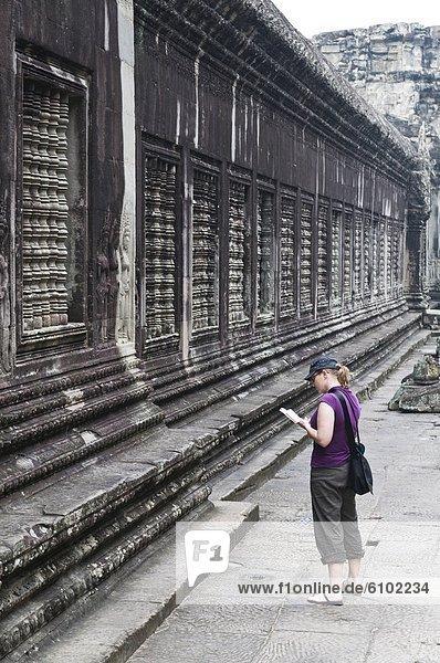 Reiseführer  Frau  Touristin  Angkor  Kambodscha  vorlesen
