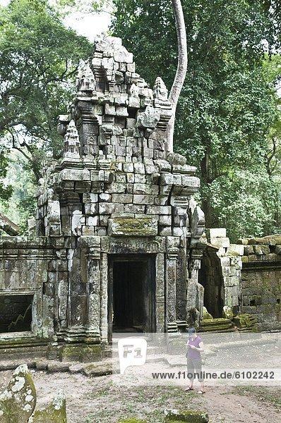 Reiseführer  Frau  Touristin  Komplexität  Angkor  Kambodscha  vorlesen