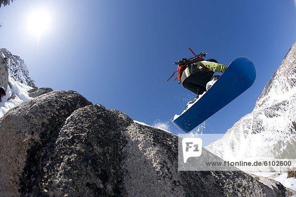 Felsbrocken  Snowboarding  Junge - Person  unbewohnte  entlegene Gegend  Kalifornien