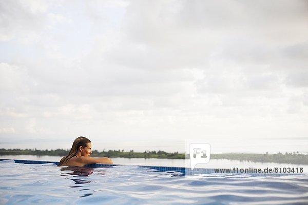 Weite  Frau  sitzend  Ecke  Ecken  offen  Ozean  Ignoranz  Unendlichkeit  breit