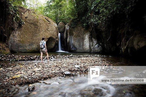 Rucksack  Wasser  Frau  sehen  Ecke  Ecken  Schwimmbad  Wasserfall  Kleidung