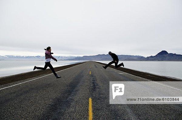 Fernverkehrsstraße  springen  lang  langes  langer  lange  Einsamkeit  Utah