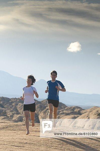 Frau  Mann  rennen  barfüßig  Moab  Utah