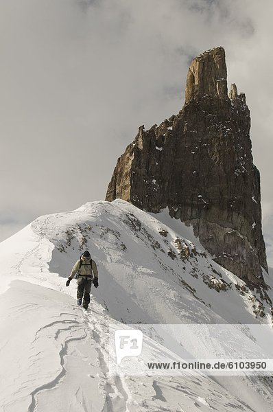 Felsbrocken  Mann  Schnee  Kirchturm  wandern  vorwärts  Gebirgskamm  unterhalb  Colorado  Telluride