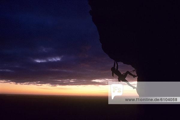 hoch  oben  Felsbrocken  Frau  Australien  klettern
