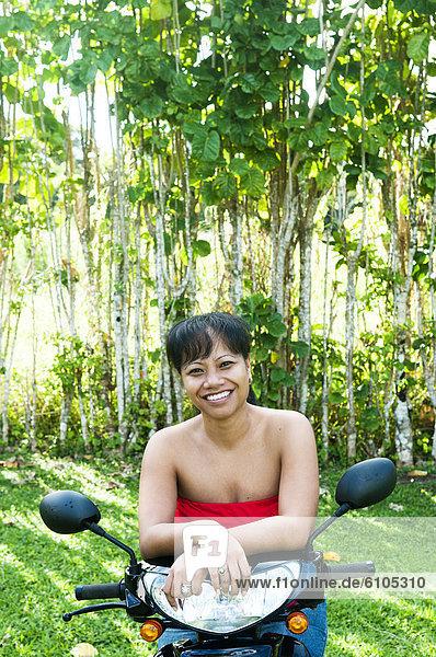 sitzend  Frau  lächeln  Kickboard  Cook-Inseln