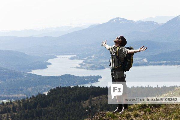Berg  Mann  halten  offen  Erfolg  hoch  oben  wandern  jung  Idaho