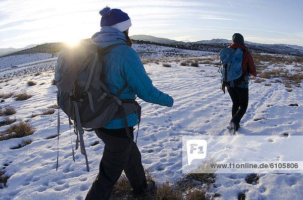 Außenaufnahme  Frau  See  wandern  2  Vorgebirge  Kalifornien