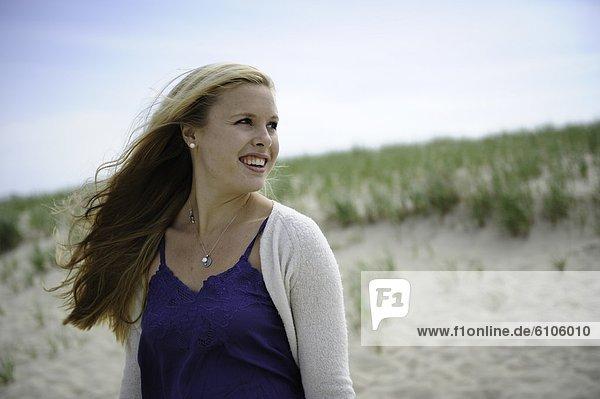 Frau  lächeln  Strand  Wind  blond