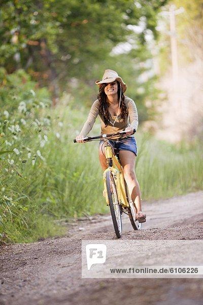 Frau  gelb  fahren  Fernverkehrsstraße  schmutzig  jung