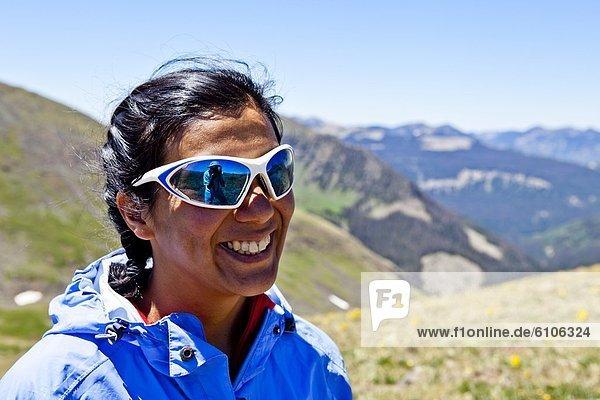 hinter  Frau  Berg  Felsen  lächeln  folgen  Reise  Nummer  12  teilen