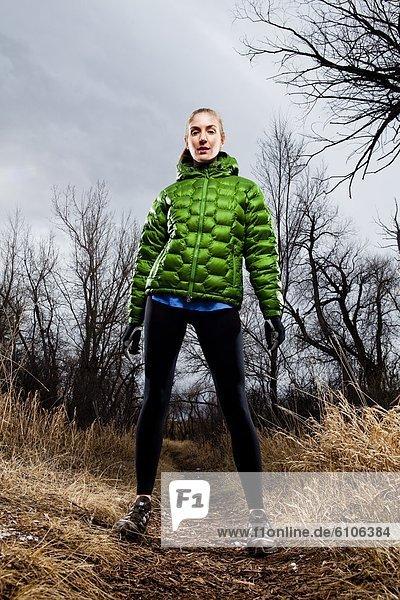 stehend  Portrait  Frau  Winter  Landschaft  folgen  rennen  grün  Jacke  Zeit  jung