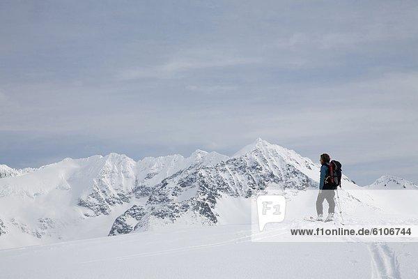 Spur  Berg  Skifahrer  Schnee  unbewohnte  entlegene Gegend  vorwärts
