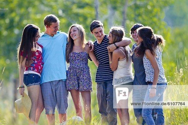 Landstraße  sprechen  Freundschaft  Sommer  Nachmittag  lachen