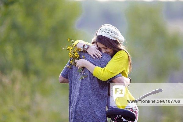 Laubwald  Landstraße  Freund  Frische  Blume  Sommer  umarmen  vorwärts  Nachmittag  Mädchen