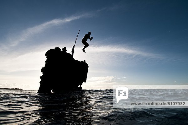 Mann  Ozean  springen  Schiff  Ruine  Cook-Inseln  Rarotonga