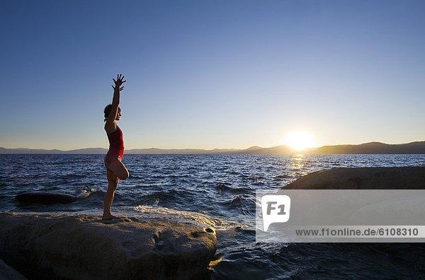 Frau  Sommer  Sonnenuntergang  See  zeigen  Nevada  jung  Yoga  Boulder  Granit