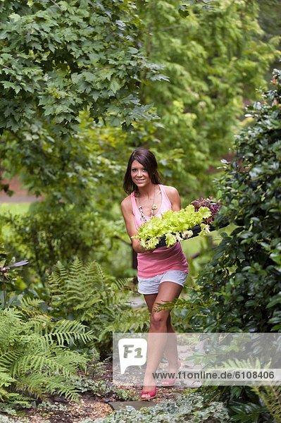 Frau  braunhaarig  Garten  jung